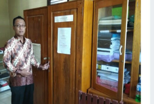 Wakil Kepala Sekolah Saad saat memperlihatkan ruangan yang dibobol pelaku Jumat (3/5).