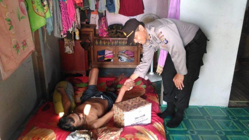 Anggota polisi Polres Kapuas, ketika memberikan bantuan kepada salah satu warga.