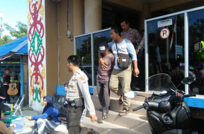 Anggota Polres Palangka Raya saat menangkap pelaku Minggu (5/5).