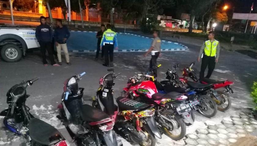 Anggota Satlantas Polres Kobar saat mengamankan 7 sepeda motor milik pelaku balapan liar Sabtu (4/5) tadi malam.