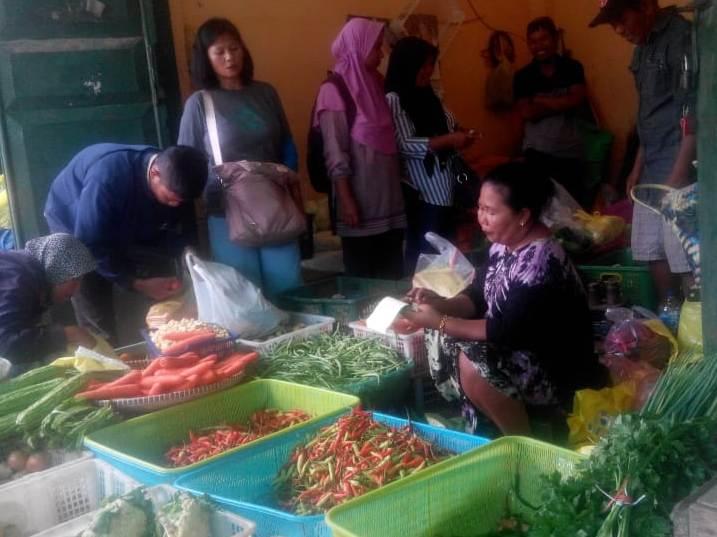 Pedagang cabai saat melayani pembeli di Pasar Indrasari Minggu (5/5).