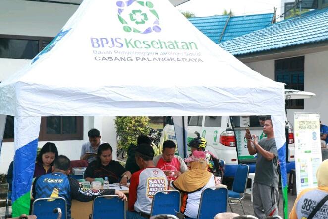 Pegawai BPJS Kesehatan Palangka Raya saat membuka layanan pengecekan kesehatan gratis di depan Kantor Disnakertran Kalteng Rabu (1/5) lalu.