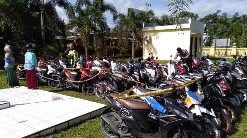 Puluhan sepeda motor pebali yang diamankan di Mapolsek Arsel Selasa (7/5).