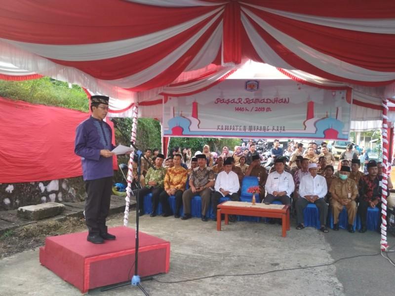 Bupati Mura Perdie saat membuka Pasar Ramadan Senin (6/5).