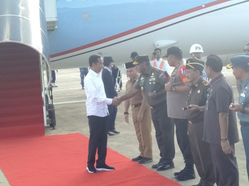 Kedatangan Presiden Jokowi saat disambut Gubernur Kalteng Sugianto Sabran dan pejabat lainya di Bandara Tjilik Riwut Selasa (7/5).
