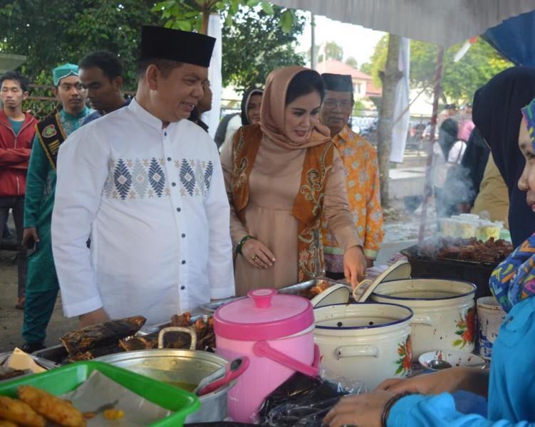Bupati Kapuas Ben Brahim beserta istri saat meninjau Kampung Ramadan Fair Selasa (7/5).