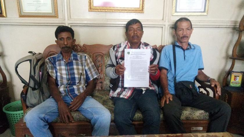 Tiga orang warga Desa Tumbang Kalemei saat memperlihatkan surat kesepakatan di Kantor Bupati Katingan Rabu (8/5).