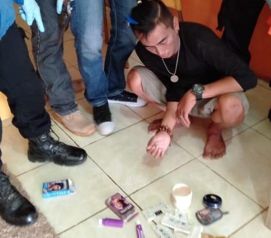Tersangka saat diamankan anggota polisi Rabu (8/5).