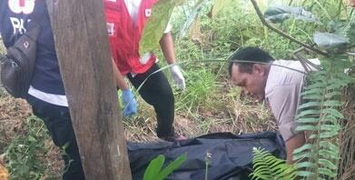 Anggota Polsek Baamang dan PMI saat mengevakuasi jasad korban Rabu (8/5).