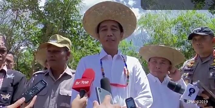 Presiden RI Jokowi saat memberikan keterangan kepada awak media ketika meninjau Desa Tumbang Talaken Rabu (8/5).