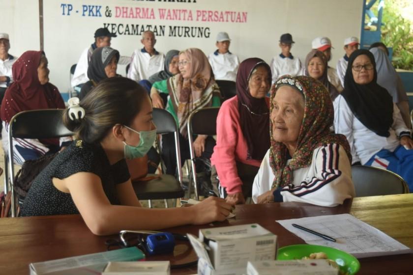 Para lansia saat mendapatkan pelayanan cek kesehatan gratis oleh petugas Puskesmas Murung belum lama ini.