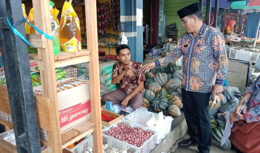 Kadisperindagkop Mura Kariadi saat meninjau salah satu tempat pedagang menanyakan terkait kondisi harga sembako Kamis (9/5).