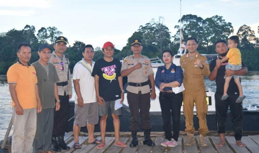 Camat Murung K Zen Wahyu saat poto bersama anggota polisi dan warga ketika meninjau pelabuhan di wilayahnya belum lama ini.