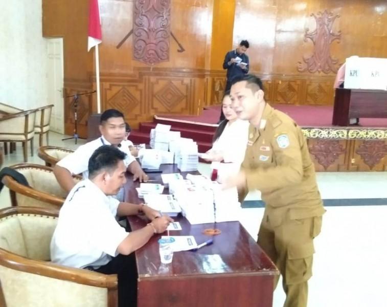 Camat Murung Wahyu Priyatna saat melakukan koordinasi dengan jajarannya.