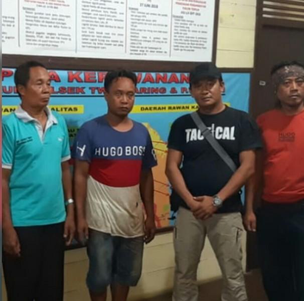 Tersangka (tengah) saat diamankan anggota Polsek TSG dan Pulau Malan Kamis (9/5).