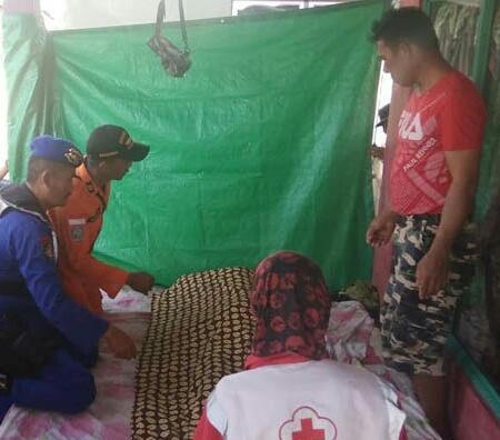 Jasad korban saat dievakuasi di rumah duka Jumat (10/5).