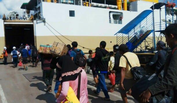 Para pemudik yang berangkat melalui Pelabuhan Panglima Utar saat menaiki Kapal KM Egon Jumat (10/5).