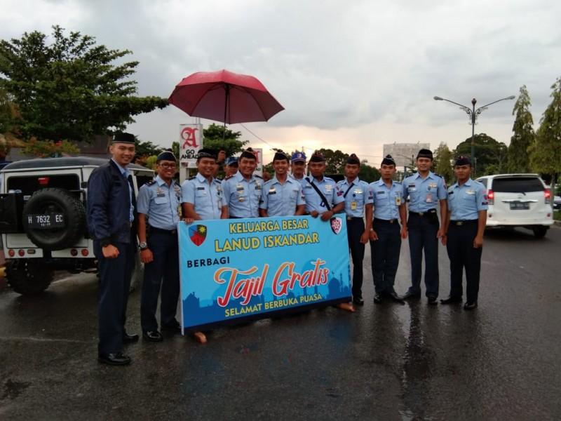Anggota TNI AU Lanud Iskandar saat poto bersama seusai berbagi takjil.
