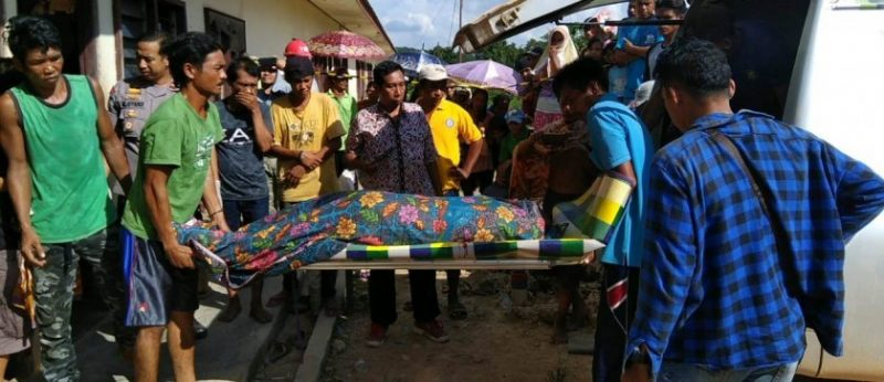 Jasad korban saat dievakuasi warga dan anggota Polsek Mentaya Hulu Jumat (10/5).