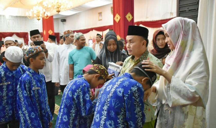 Gubernur Kalteng Sugianto Sabran dan istri Yulistra Ivo saat menyantuni anak yatim ketika menggelar bukber Sabtu (11/5).