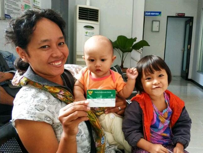 Prestiwi bersama anaknya saat memperlihatkan kartu JKN-KIS saat mendaftar di Kantor BPJS Cabang Palangka Raya belum lama ini.