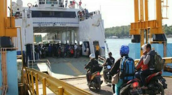 Sejumlah penumpang saat menaiki Kapal Kalibodry milik PT ASDP.