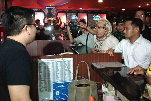 Wali Kota Palangka Raya Fairid saat memimpin razia THM, Kamis (16/5) dini hari.
