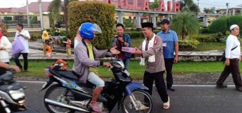 Kasat Binmas saat memberikan takjil ke pengendara yang melintas.