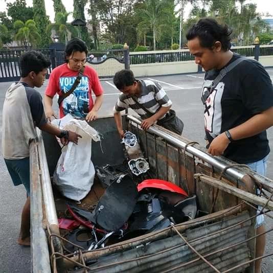 Anggota Polres Kotim saat mengamankan dua pelaku bserta barbuk di Mapolres Kotim Sabtu (18/5).