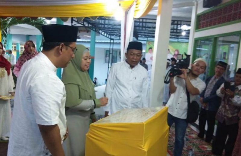 Bupati Kobar Hj Nurhidayah saat meresmikan prasasti Masjid As-Syifa RSUD Imanuddin.