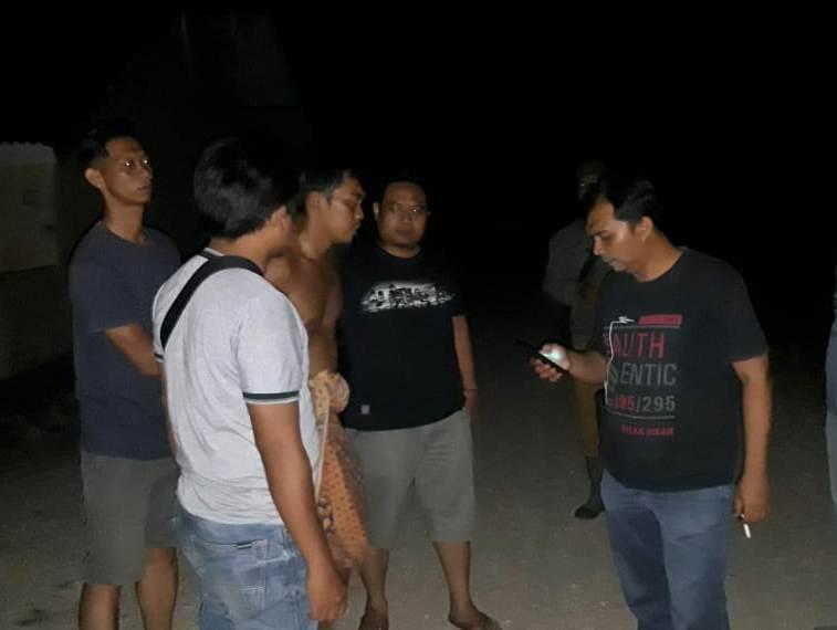 Tersangka tak pakai baju saat diamankan anggota Satreskrim Polres Batara.