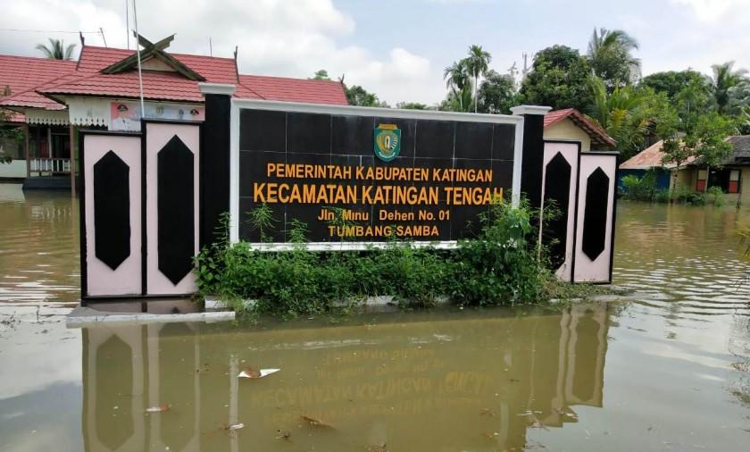 ruas jalan depan Kantor Kecamatan Katingan Tengah direndam banjir sehingga tak kelihatan lagi, Selasa (21/5) pagi.