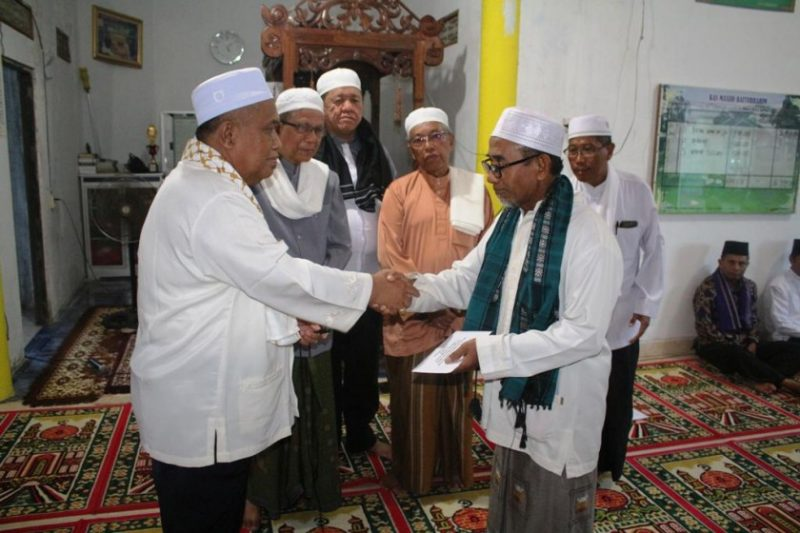 Asisten Bidang Pemerintahan Hukum dan Kesra Drs H Hidayatullah saat menyerahkan bantuan ke penguruh masjid Senin (20/5) sore.