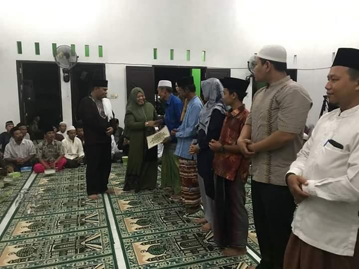 Bupati Kobar Hj Nurhidayah saat memberikan bantuan insentif dan hibah kepada pengurus masjid dan guru ngaji serta pengulu Senin (20/5).