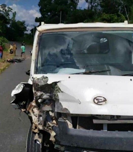 Mobil pikap saat mengalami lakalantas dengan pengendara motor Senin (21/5).
