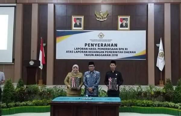Bupati Kobar Hj Nurhidayah saat menerima predikat WTP didampingi Ketua DPRD Kobar Triyanto Selasa (21/5).