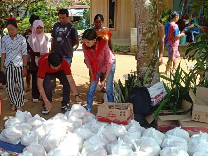 Warga Desa Dirung saat membeli paket sembako di pasar murah yang digelar Disperindagkop Mura Jumat (24/5).