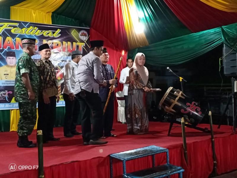 Bupati Kobar Hj Nurhidayah saat memukul beduk tanda dibuka secara resmi Festival Kriang Kriuk Minggu (26/5) tadi malam.