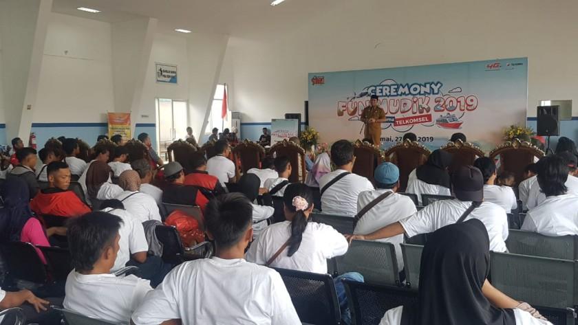Wabup Kobar Ahmadi Riansyah saat menyampaikan sambutannya di depan para pemudik gratis ketika melepas para pemudik tersebut di Pelabuhan Panglima Utar Kumai Senin (27/5).