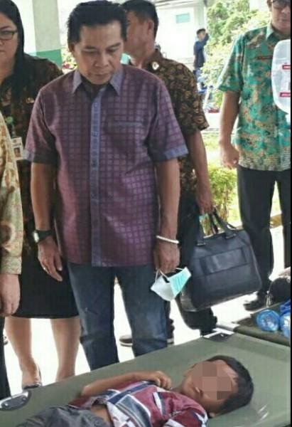 Ketua DPRD Algrin saat meninjau korban keracunan di RSUD Kapuas Jumat (24/5) lalu.