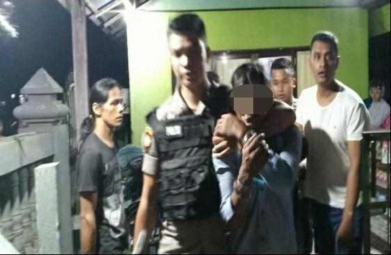 Salah seorang pelaku saat diamankan anggota polisi Selasa (28/5) tadi malam.