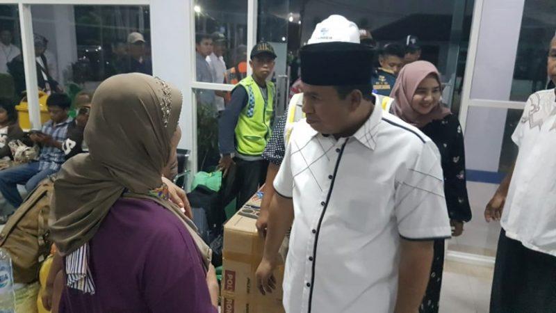 Wabup Kobar Ahmadi Riansyah saat berdialog pemudik di Pelabuhan Panglima Utar Selasa (28/5) malam.