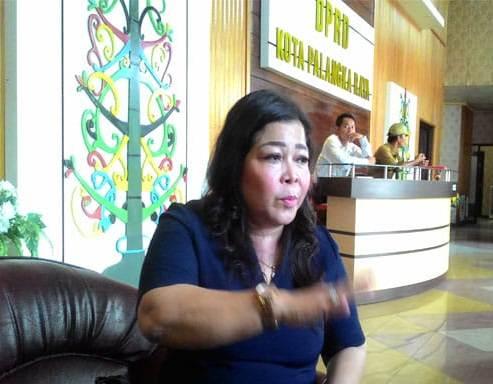 Ketua Komisi B DPRD Kota Palangka Raya Nenie A Lambung saat memberikan keterangan kepada awak media.