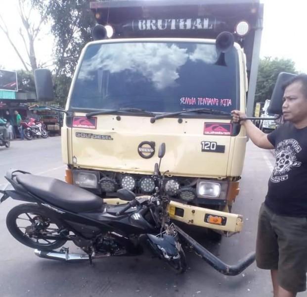 Truk dum saat menabrak sepeda motor di ruas Jalan Pemuda Kuala Kapuas Kamis (30/5).