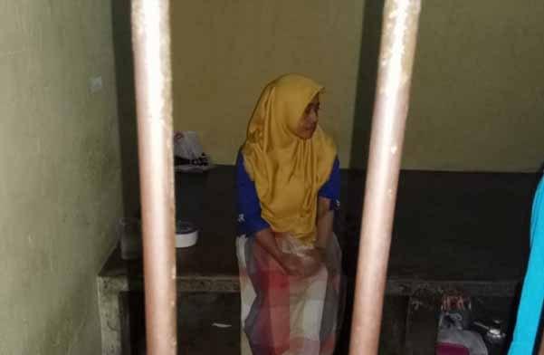 Tersangka saat diamankan diruang tahanan Mapolsek Pahandut Rabu (15/5).