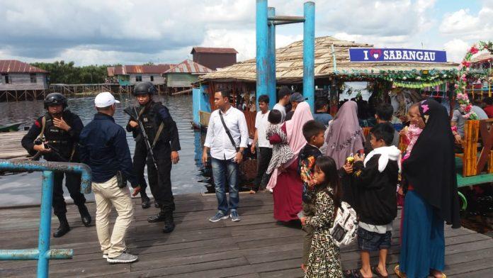 Sejumlah anggota Polresta Palangka Raya saat melakukan pengamanan di dermaga yang dijadikan salah satu tempat objek wisata Jumat (7/6).