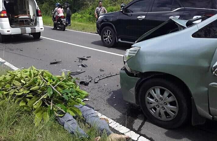 Korban saat tergeletak tewas ditutupi dedaunan oleh warga seusai kejadian Minggu (2/6/2019).