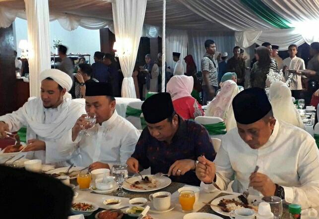Gubernur Kalteng Sugianto Sabran saat buka puasa bersama pamannya H Abdul Rasid, dan Kapolda Kalteng Irjen Pol Anang Revandoko Sabtu (1/6) sore.