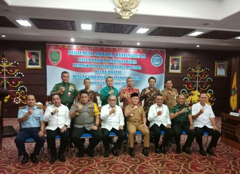 Gubernur Kalteng Sugianto Sabran saat poto bersama rombongan Watimpres dan Kapolda Kalteng Irjen Anang Revandoko di Aula Eka Hapakat lSelasa (18/6/2019).