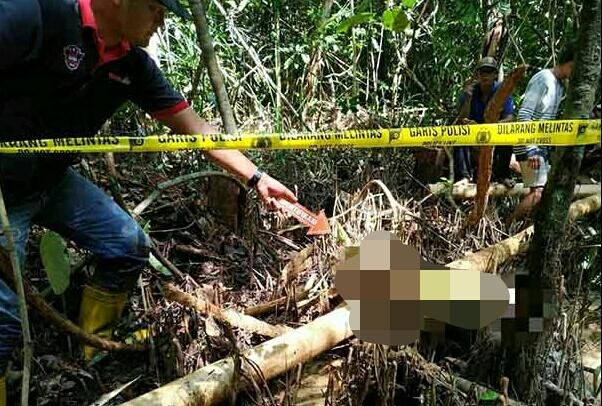 Anggota polisi saat melakukan olah TKP di lokasi ditemukan korban.